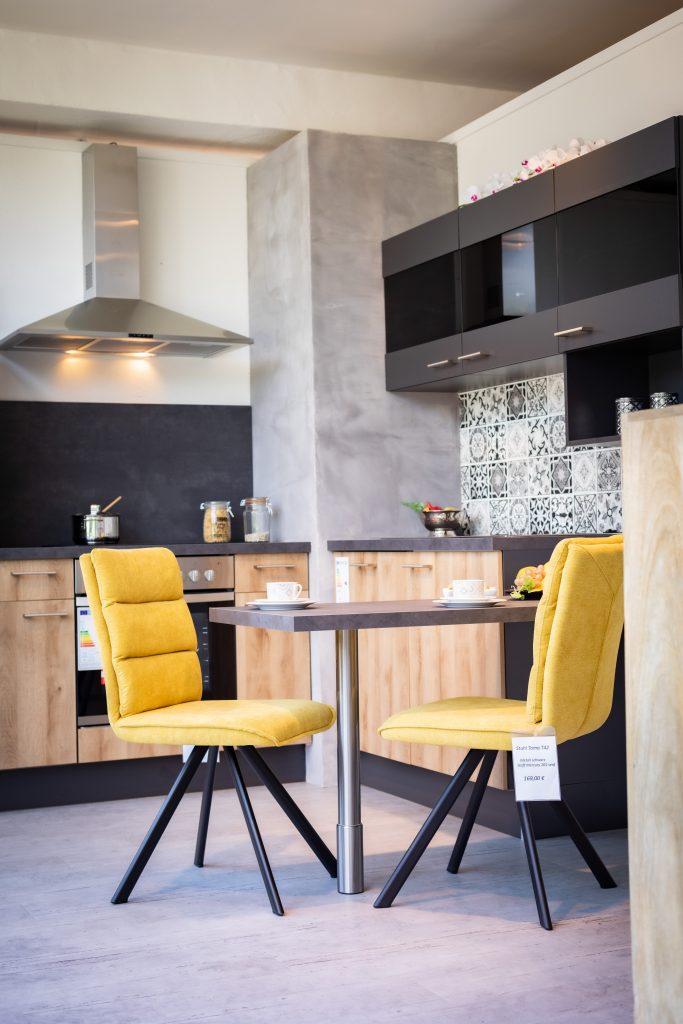 Moderne Einbauküche in Holz und anthrazit