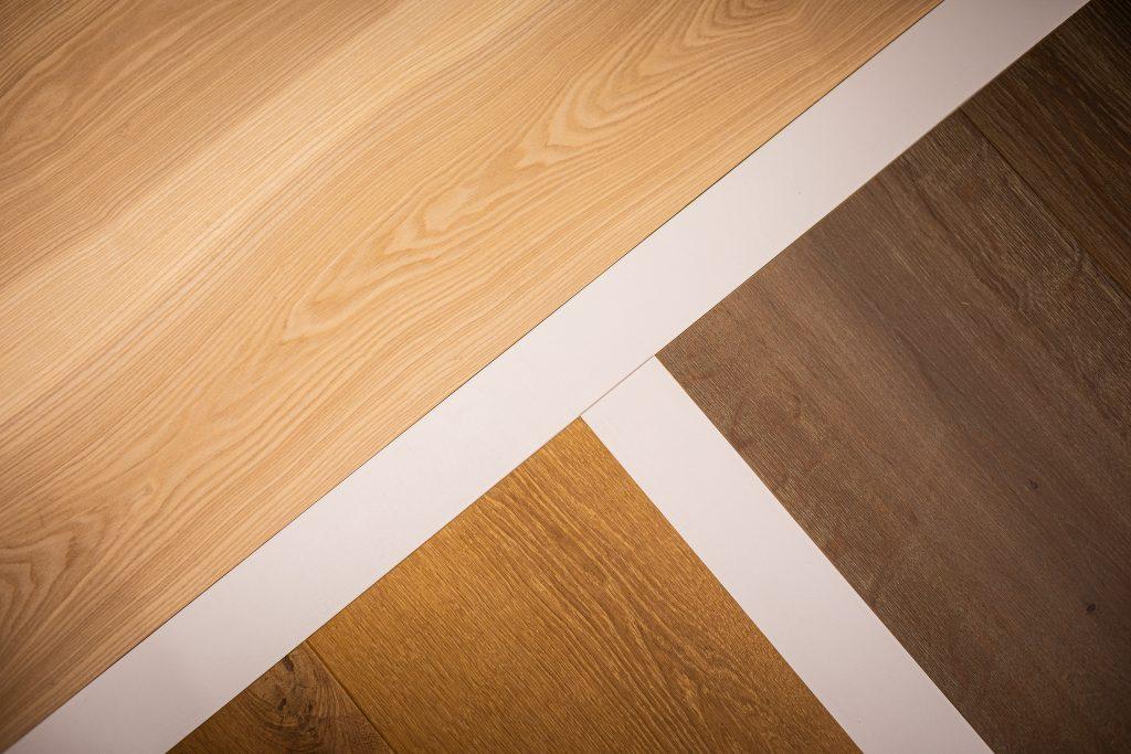 Verschiede Holzfarben als Parkett