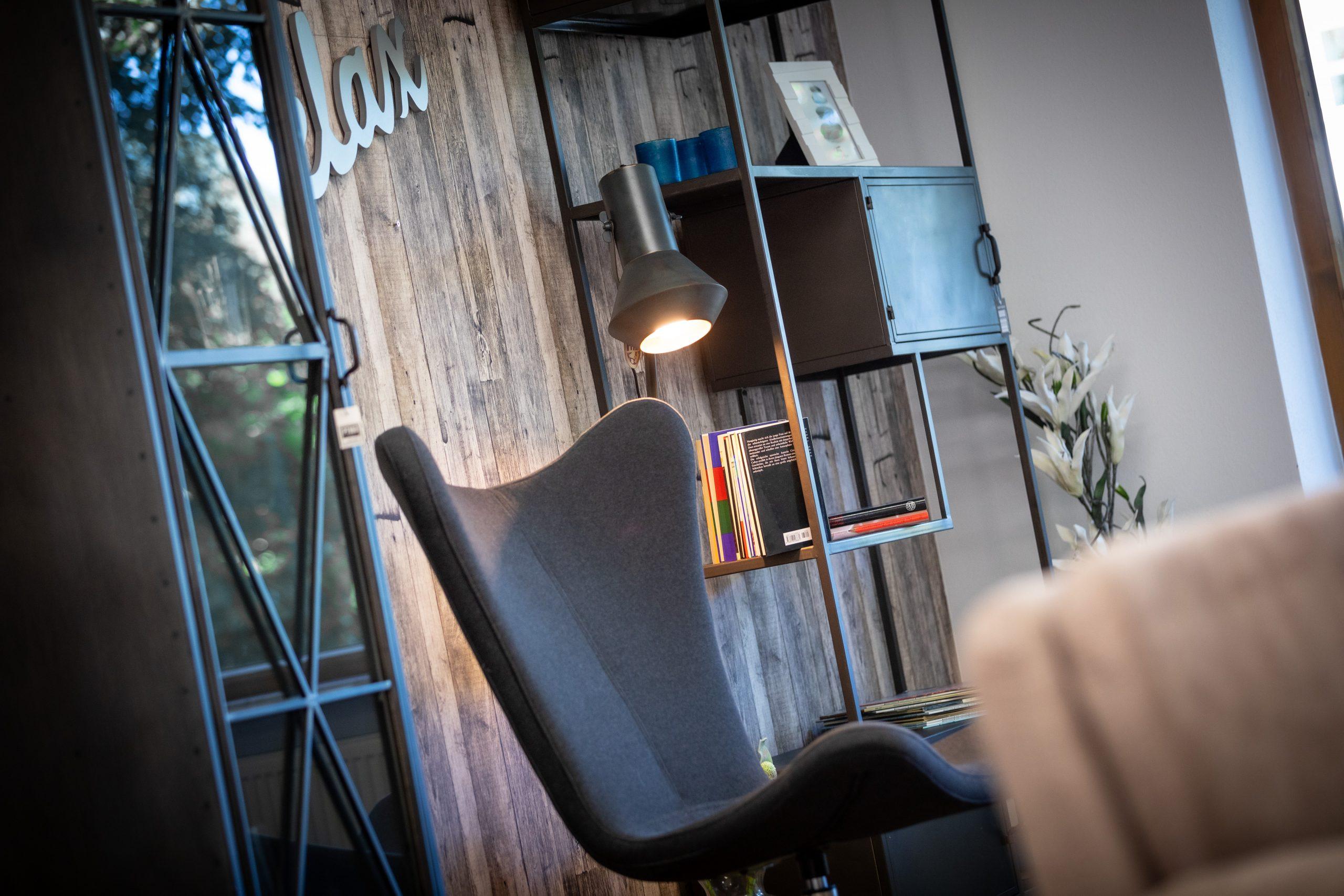Modernes Zimmer mit Möbel aus Metall